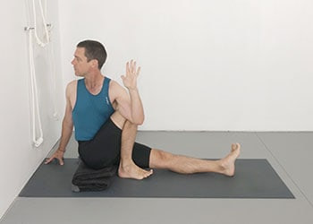 twists  gluteals  weekly advanced class 145  yoga selection
